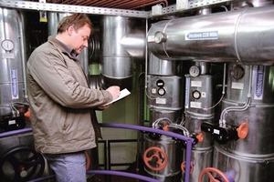 Thomas Mößner vom Team Bau und Technischer Betrieb der NürnbergMesse, notiert auf der Kontrollplattform des Zortström-Verteilers die aktuellen Verbrauchswerte<br />