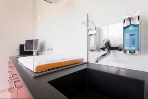 """An den Waschtischen im Kreißsaal kommen Wandarmaturen der Serie """"HansaMedica""""zum Einsatz, die speziell für Klinik und Pflege konzipiert sind"""