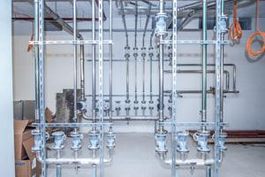 Hausanschluss mit Verteilerkomplex: Trinkwasser, Brauchwasser und Osmosewasser speist der Hausanschluss in die Versorgungsleitungen ein.