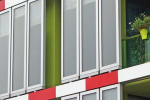 Die geschlossenen Wandflächen des Wohnhauses sind mit geschosshohen Bioreaktoren bedeckt, in denen hinter Glas Algen durch Sonnenlicht gedeihen.<br />