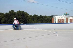 Bild 1: Seilsicherungssystem auf einem Flachdach<br />