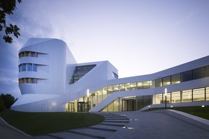 Das Zentrum für Virtuelles Engineering ZVE in Stuttgart wurde kürzlich mit dem DGNB Zertifikat in Gold ausgezeichnet, auf dem Gemeinschaftsstand von BAK und DGNB wird das Projekt ausführlich vorgestellt  (Foto: Christian Richters, Fraunhofer IAO, UNStudio, Asplan)