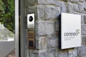 Den Eingang stattete Siedle mit einer Türstation aus massivem Edelstahl aus. Mitarbeiter identifizieren sich über die integrierte Zutrittskontrolle.