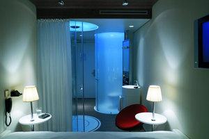 Jedes Hotelzimmer verfügt über eine LED-Beleuchtung, deren Farbe für verschiedene Lichtszenen bequem verändert werden kann