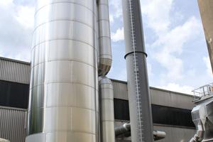 Der 50 m³ fassende Pufferspeicher wurde neben dem neuen Abgasschornstein aufgestellt.