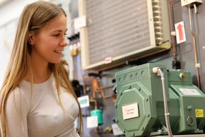 """<div class=""""Bildtext"""">Studentin Lisa Hurst bei einem Versuch mit einer Kaskadenkälteanlage im Kältelabor der Hochschule Karlsruhe. </div>"""