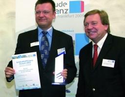 Hans Symanczik von Kieback&Peter nahm den Preis von Prof. Dr. Rainer Hirschberg (rechts), Fachhochschule Aachen entgegen
