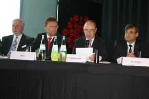 Ein Teil des Vorstandstischs des FGK auf der Mitgliederversammlung mit (v.l.n.r.) Dipl.-Ing. Robert Baumeister, Geschäftsführer Günther Mertz, dem Vorsitzenden Prof. Dr.-Ing. Ulrich Pfeiffenberger und Dr.-Ing. Gerd Schaal<br />