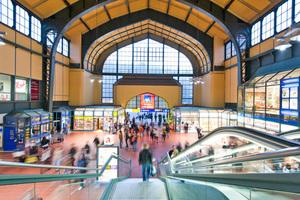 In der Hamburger Wandelhalle können Touristen, Pendler und Berufstätige auf einer Fläche von 7600 m² an 365 Tagen im Jahr einkaufen