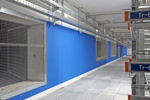 Um ein homogenes Regelungs- und Automatisierungskonzept zu gewährleisten verzichtete der Bauherr auf den Einsatz spezieller EDV-Klimageräte; Warmgang im Gestellraum mit Abluftöffnung zum direkt angeschlossenen Umluftgerät