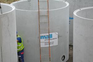 Der unterirdische Regenspeicher im zentralen Betriebshof der Stadt Marl fasst 78 m³ und besteht aus vier Fertigteilbehältern, die als kommunizierende Gefäße verbunden sind. Im Zulauf befindet sich ein Filterschacht.