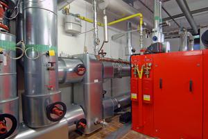Zwischen BHKW und den beiden Gaskesseln wurde die hydraulische Weiche installiert, links befinden sich die Heizkreisanschlüsse.