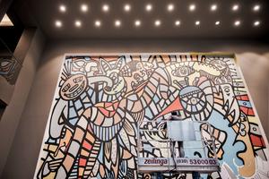 """Den Eingangsbereich der """"Living Levels"""" ziert eine handgemaltes Pop-Art Bild."""