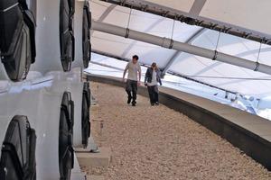 Auszubildende vor einem Rückkühlwerk auf dem Dach des Stadions<br />