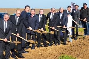 Erster Spatenstich mit Vertretern der Regionalpolitik, der ausführenden Baufirmen und den Repräsentanten der Firma Kermi.