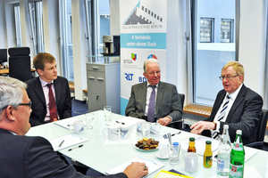 Beim regen Erfahrungsaustausch in der Berliner TGA-Repräsentanz (v.l.n.r.): Martin Everding (Geschäftsführer ITGA NRW e.V.), Oliver und Hermann Schlering (Geschäftsführer Schlering GmbH) und Reinhold Sendker MdB