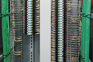 """Schutz der Daten- und MSR-Leitungen: diese Aufgabe erledigt im zweiten Coentunnel das Schutzgerät """"Plugtrab PT FM"""".<br />"""