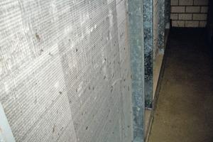 Verschmutzter Rippenrohr-Wärmeübertrager zur Erwärmung von Außenluft in einer Klimaanlage. Die bräunlichen Flecke sind Laub, das durch eine unzureichende Wartung der vorgeschalteten Luftfilter im Luftstrom mitgeführt wurde; Durch die Verschmutzung verringert sich der Wärmeübergang zwischen dem Rippenrohr und der Außenluft<br />