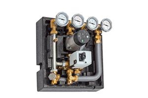 """Die Pumpengruppe """"Condix"""" von Meibes System-Technik ermöglicht mit nur einer Pumpe und einem Mischer die Versorgung eines ungemischten Heizkreises, eines Niedertemperaturheizkreises sowie die Speicherladung zur Trinkwassererwärmung; die Rücklauftemperatur wird durch eine elektronisch geregelte Beimischung gesenkt, so dass im Brennwertheizgerät eine ausreichend tiefe Temperatur für die Abgaskondensation gegeben ist; die elektronische Regelung ist vormontiert und intern verdrahtet"""