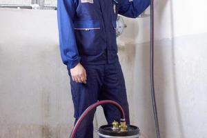 Einfache Lösung: Abdichten von unterputzverlegten Gasleitungen mit dem Dichtmittel.