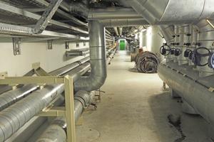 Über Kilometer lange Tunnel wird die Wärme von dort zu den Unterverteilstationen in den Gebäuden geleitet.