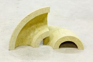 """Die """"ProRox MB 960"""" Rohrbögen werden als Ganzes aus einem Steinwolle-Block geschnitten."""