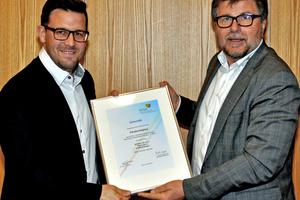 Frank Edelmann, REHAU AG + Co, empfängt die Mitgliedsurkunde von Josef Oswald (rechts).