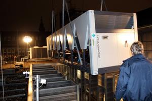 Das Gerät passte trotz seiner um 200 kW höheren Kälteleistung genau in den Anlagenschacht