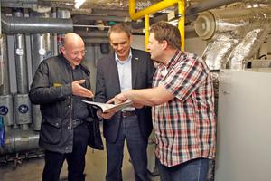 Vom Ergebnis der Sanierung überzeugt (v.l.n.r.): Lutz Möllerfeld (Hausverwaltung), Michael Wuitschick (Junkers) und Carsten Holle (Fachbetrieb)
