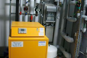 Die Inneneinheit der Wärmepumpe steht im Technikraum im 1. OG.
