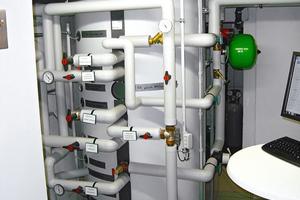 Der Durchlaufspeicher von Stiebel Eltron ist an die Sole-Wasser-Wärmepumpe als auch an die Solarthermieanlage angeschlossen und fungiert als Schnittstelle zwischen Erzeuger und Verteilsystem.<br />