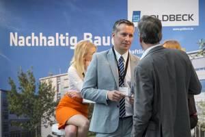 Gespräch am Stand des Ausstellers Goldbeck GmbH