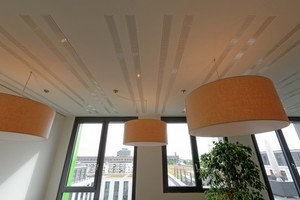 Thermoaktive Decke mit integrierten Akustikabsorbern<br />