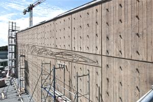 Fast unsichtbar sind die Speier der Notentwässerung  in die denkmalgeschützte Betonfassade mit dem dekorativen Reliefmotiv integriert