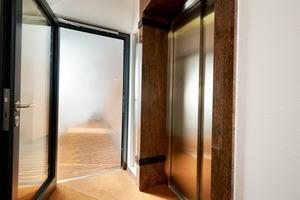 Ein Überdruck in Sicherheitstreppenräumen verhindert den Rauchübertritt aus einer Brandetage und drängt ihn beispielsweise über geöffnete Fenster am Brandherd nach draußen. Elektronische Differenzdruckanlagen funktionieren dabei äußerst sicher und sparen zudem Kosten.<br />