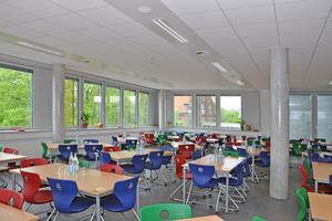 Durch die schnelle Regelbarkeit eignen sich die Heiz-/Kühlelemente auch für die Mensa einer Schule in Kleve.