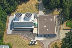 Die neu errichtete Kühlturmanlage von oben: Links der zweizellige Kühlturm, rechts das Pumpenhaus.
