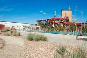 Im Außenbereich lädt das über 180 m³ große Außenbecken bei schönem Wetter zum Schwimmen ein.