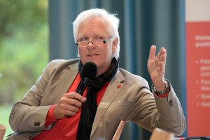 """Univ. Prof. Dr.-Ing. M. Norbert Fisch von der TU Braunschweig bei seinem Vortrag """"Vom Smart Building zur Smart City"""""""