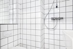 Körperpflege und Privatsphäre: Die Hotelboxen sind die einzigen abschließbaren<br />Rückzugsbereiche im ganzen Gelände.