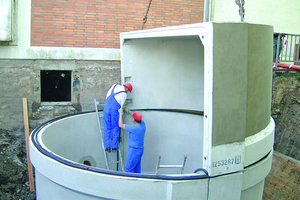 Montage der beiden Hackschnitzelbehälter als gestülpte Formen mit jeweils 65 m³ Nutzvolumen.<br />
