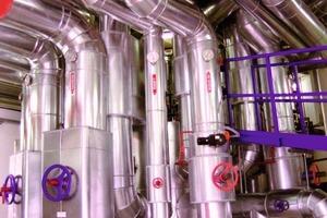 Der Zortström-Hauptverteiler im Kesselhaus der NürnbergMesse ist das bislang größte Exemplar dieses patentierten Sammel- und Verteilsystems, dessen Hauptmerkmale drei Temperaturstufen und hydraulische Entkopplung sind<br />