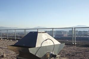 Mit einem solchen Rauch- und Brandgas-Dachventilator lässt sich die tägliche Bedarfsbelüftung mit Födermitteltemperaturen bis 120 °C realisieren und gleichzeitg im Brandfall Rauchgase bis 400 °C über 120 min abführen.<br />