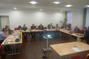 Das Treffen endet mit einer internen Sitzung.