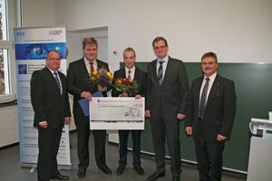 Der Vorstand und zwei der fünf Ausgezeichneten (v.l.n.r.): A. Bauer, Ch. Sirsch (Preisträger), M. Jost (Preisträger), M. Jessen und Prof. Dr.-Ing. M. Reichel<br />