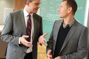 Uwe Großmann, Deutschland-Leiter der Business Unit Building Automation von Siemens (links) und Prof. Dr. Felix Hausmann, Studiengangsleiter der DHBW, besprechen die Studieninhalte<br />