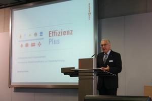Manfred Greis erläuterte den Weg des Unternehmens Viessmann, wie ein Industrieunternehmen die Energieversorgung hin zu mehr Effizienz und dem Einsatz regenerativer Energien voranbringen kann<br />
