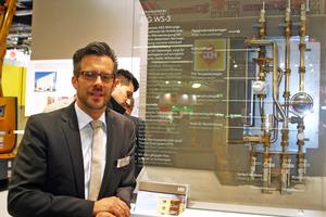 Pressereferent René Bender mit der Wohnungsstation von AEG Haustechnik in Modulbauweise, die herstellerseitig für konkrete Anwendungsfälle angepasst wird.