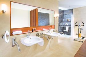 Großzügig geplante Badezimmer mit formschönen Halte- und Stützgriffen aus Edelstahl fügen sich unauffällig in das Gesamtbild ein ...