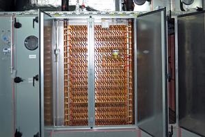 Die Luftregister der Umluftklimageräte sind mit doppelten Wasserwegen ausgerüstet; dadurch ist ein thermischer Verbund zwischen der Kältezentralen A und B gewährleistet; die Wasserwege sind aus sicherheitstechnischen Gründen nicht miteinander verbunden